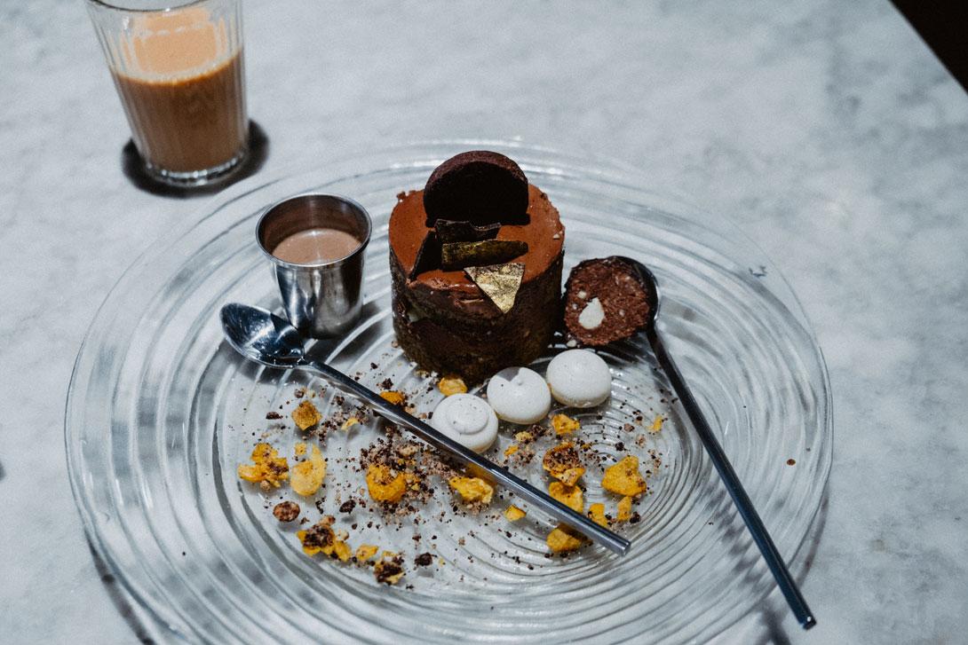 Čkoládový dezert v Rangoon Teahouse s plátky zlata