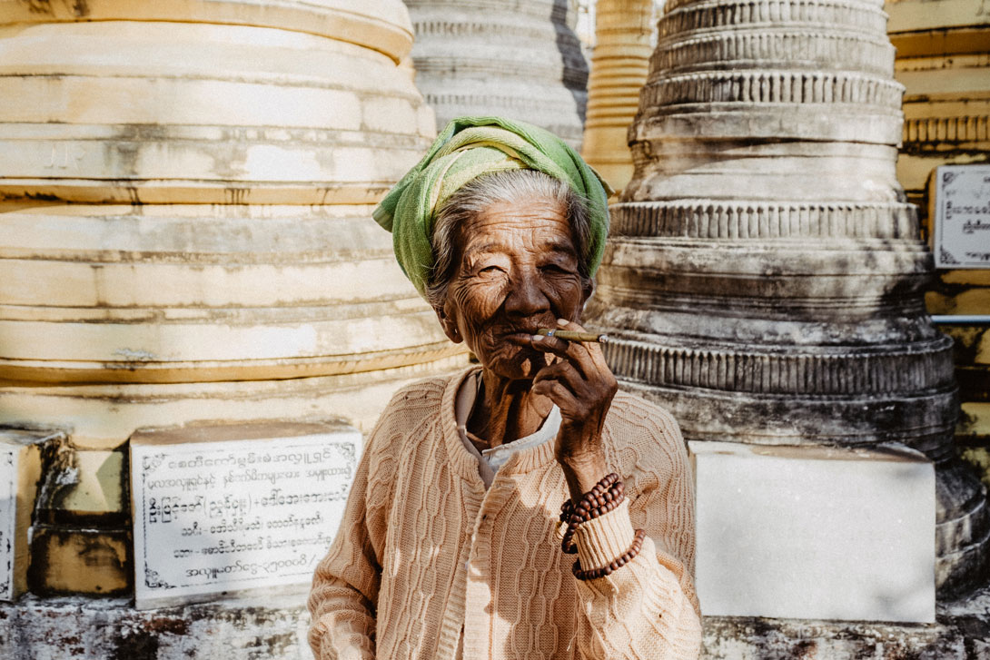 Domorodá žena u pagody Shwe Idein