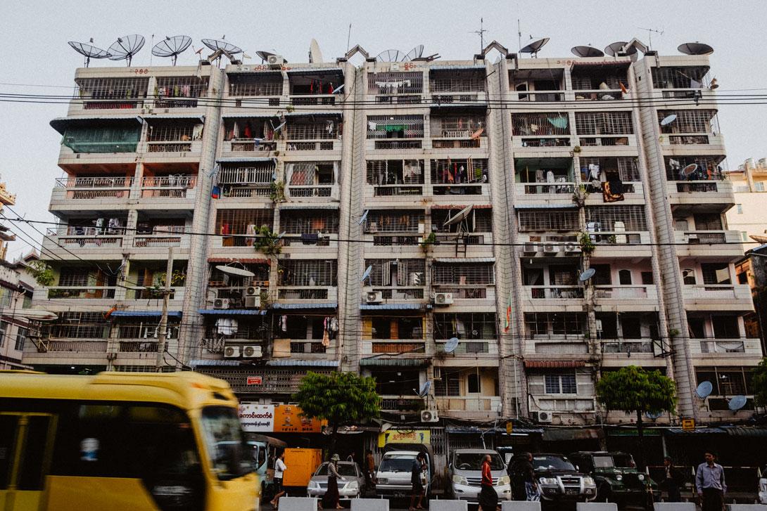 Barmánci milují televizi a satelity jsou všude