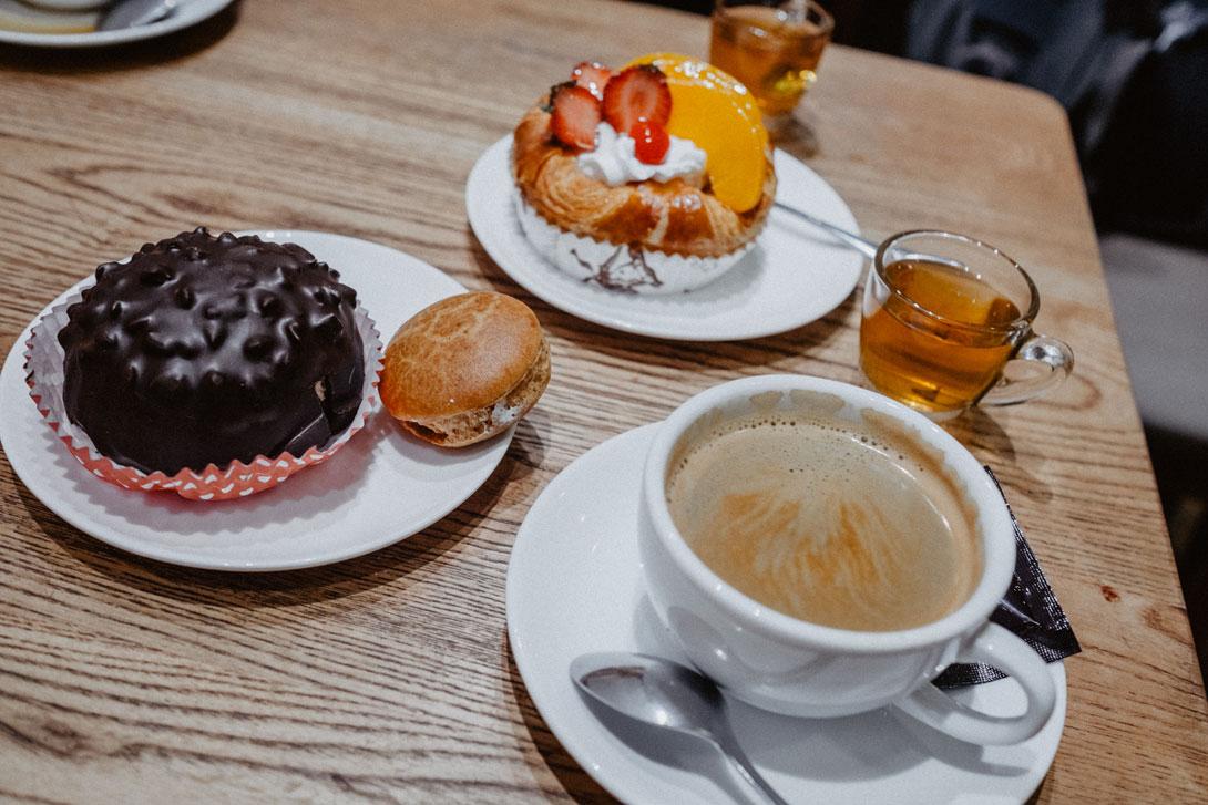 Zákusky v kavárně Parisian