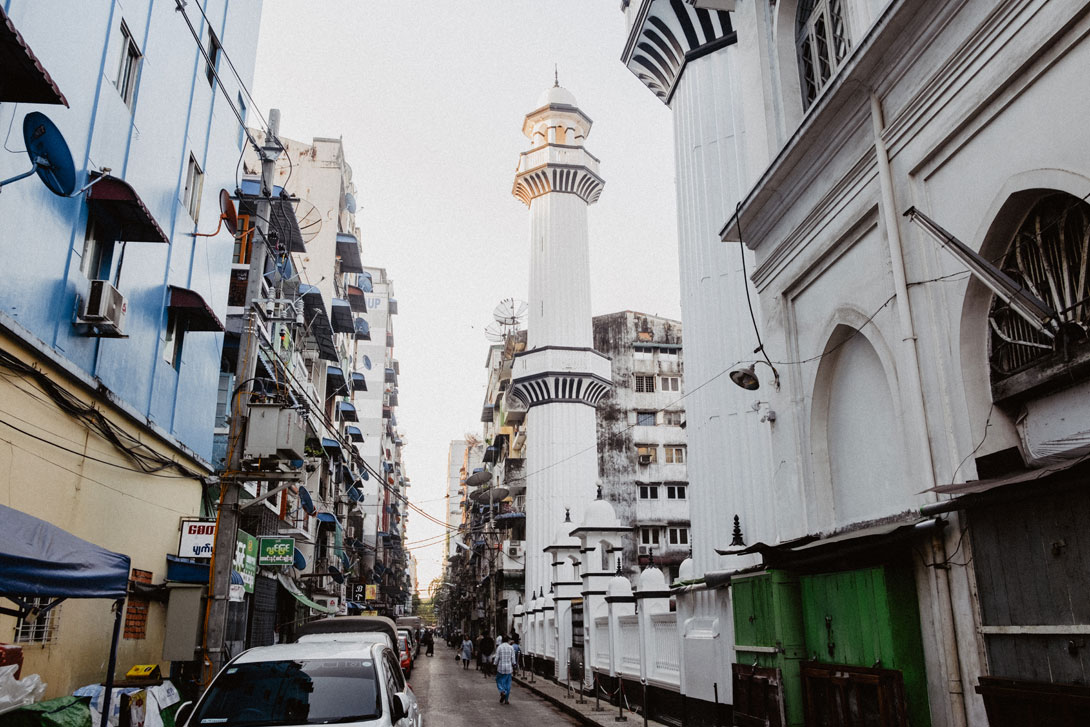 Mešity tu stojí hned vedle budhistických klášterů a kostelů