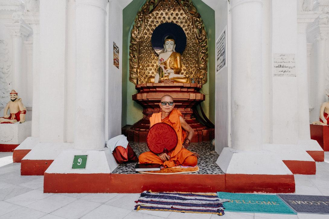 Mnich meditující u Shwedagon Pagody
