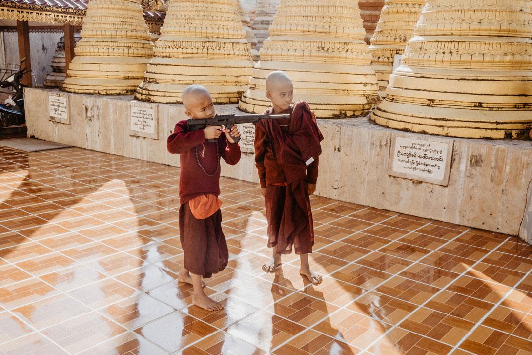 U pagody často potkáte malé mníšky - tak bacha, ať vás netrefí airsoftkou