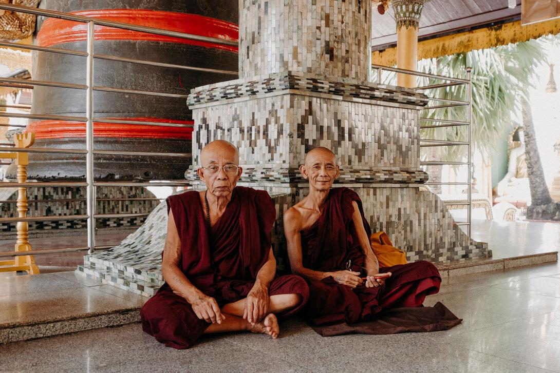 Mniši ve Shwedagon Pagodě