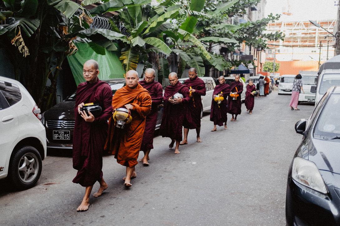 Průvod žebravých mnichů v Rangůnu kousek od Bogyoke Aun San Market