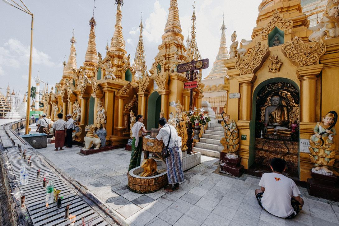 Shwedagon Pagoda je plná různých rituálů a obřadů