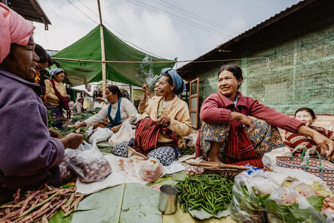 Ženy z horského kmene na místní tržnici