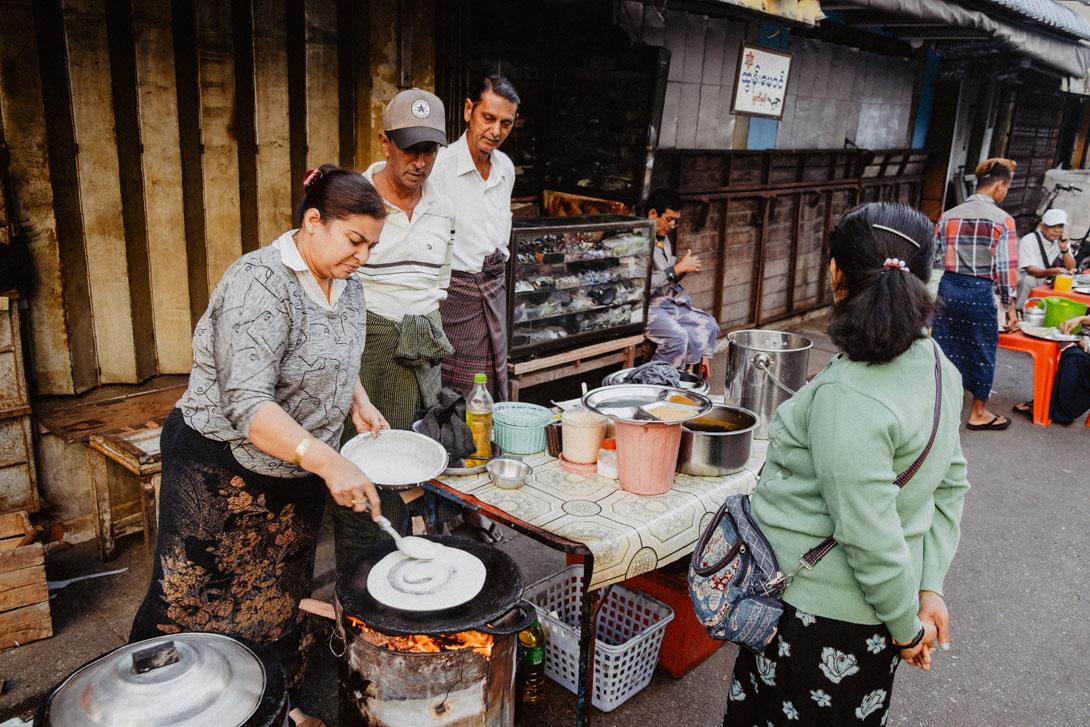Výroba indických palačinek přímo na ulici
