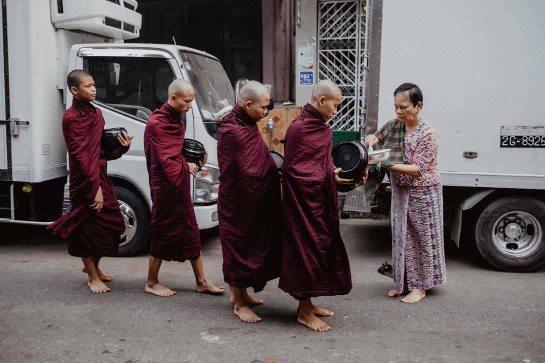 Žebraví mniši v Rangúnu
