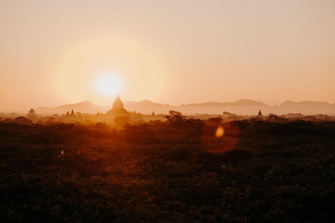 Epický východ slunce nad Baganem