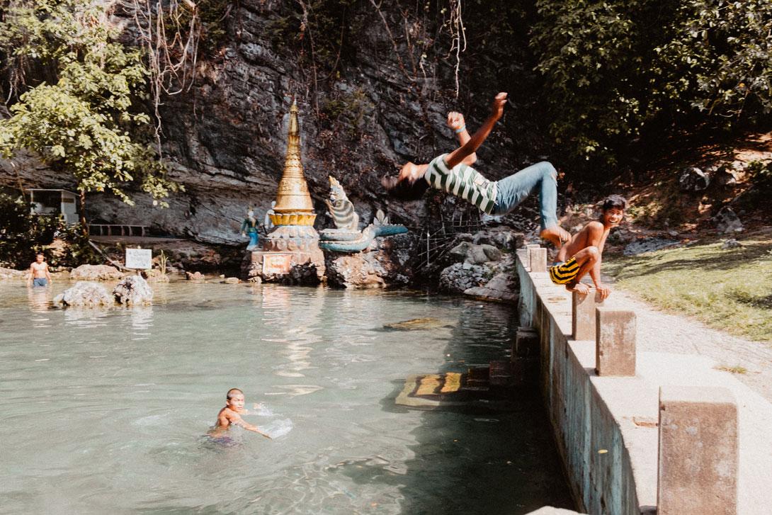 Kluc skáčou salta u Yae Ta Khon