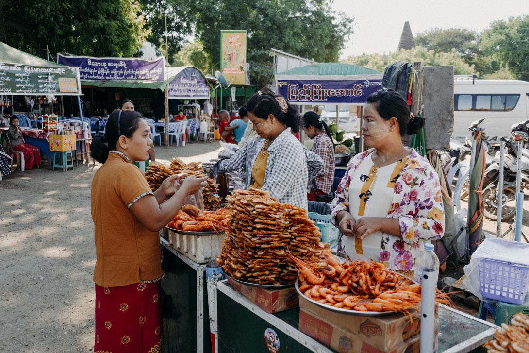 Na trhu můžete ochutnat krevetové placky