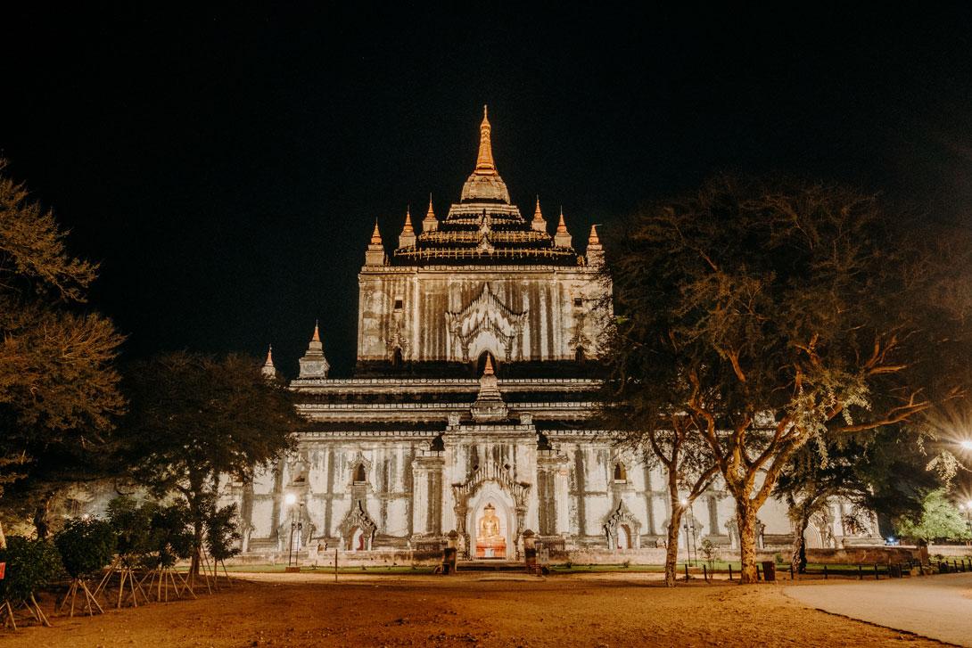 Chrámy jsou v noci nádherně nasvícené