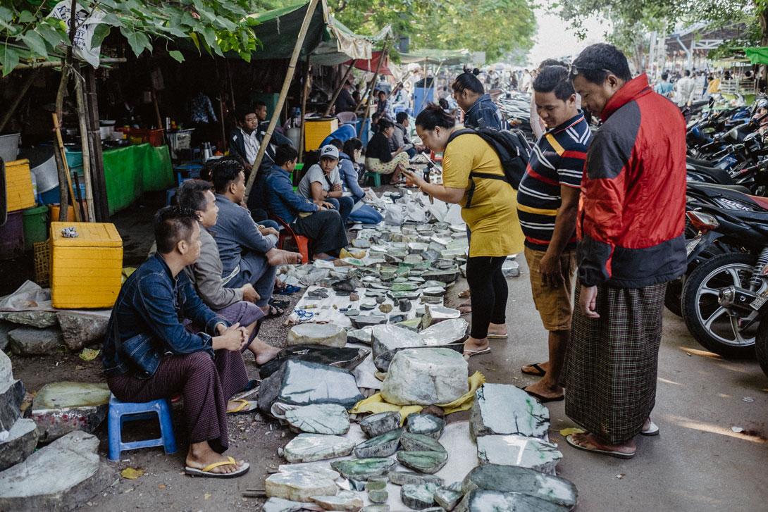 Prodavači na trhu s drahými kameny