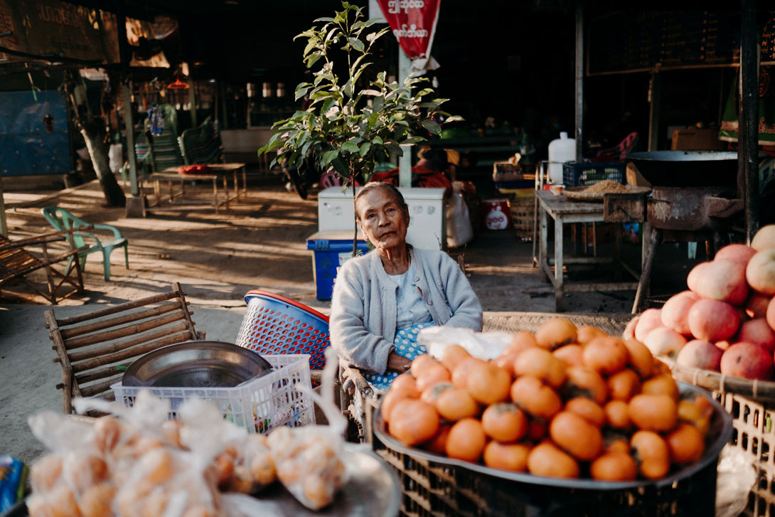 Prodavačka na trhu v Mandalaj