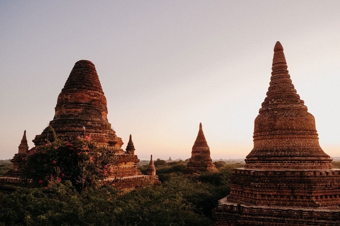 Východ slunce nad pagodami v Baganu